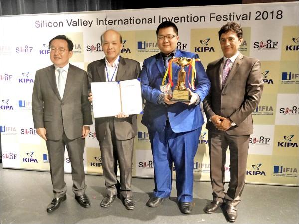 台北城市科技大學以「多功能智慧手機秤」,獲得大會首獎。(台灣發明協會提供)