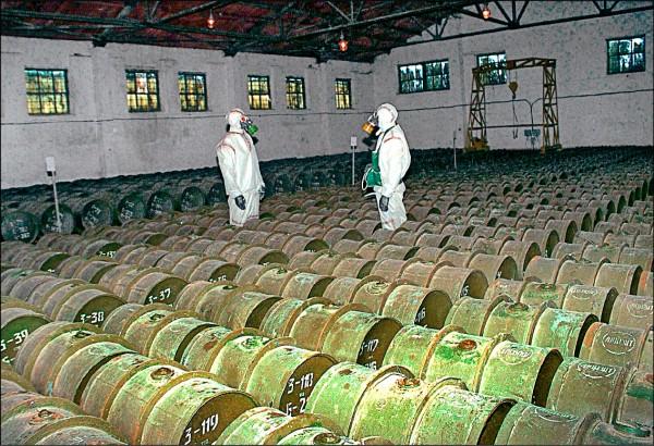 俄羅斯伏爾加格勒(Volgograd)附近的施卡尼(Shikhany)化學武器試驗場,乃蘇聯時期研製化武的主要場所,其中就包括「諾維喬克」神經毒劑。圖為兩名俄國軍人二○○○年五月在薩拉托夫(Saratov)南部戈爾尼鎮(Gorny)一處化學武器儲存場,對裝有毒劑的金屬桶進行例行檢查。(美聯社檔案照)