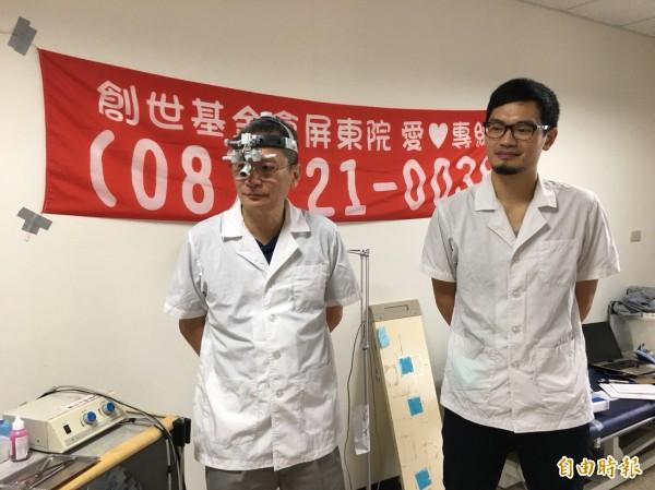牙醫父子檔義工邱廷上(左)、邱筠太(右),到創世屏東院為植物人洗牙。(記者邱芷柔攝)