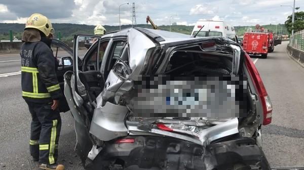 國道1號北上190公里今天下午驚傳4輛車連環追撞事故,其中1輛休旅車嚴重變形。(記者湯世名攝)