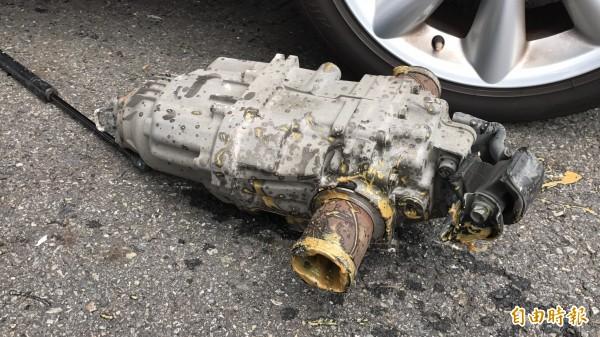 國道1號北上190公里今天下午驚傳4輛車連環追撞事故,其中1輛休旅車嚴重變形,連差速器也噴飛。(記者湯世名攝)