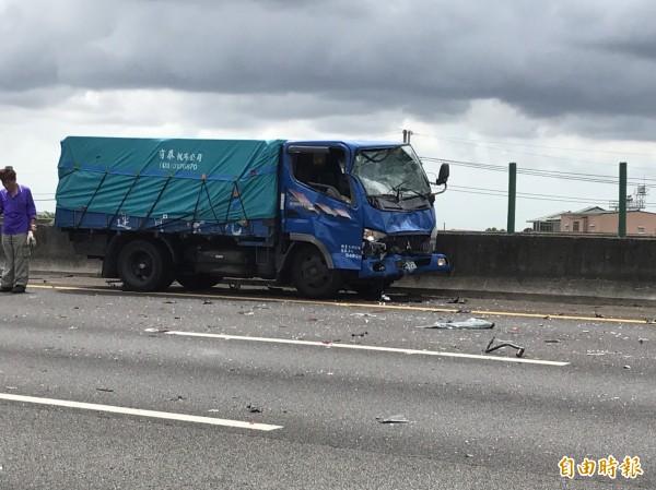 國道1號北上190公里今天下午驚傳4輛車連環追撞事故,其中貨車車頭毀損。(記者湯世名攝)