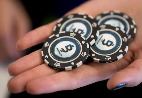 日本參議院今通過《賭博依賴症對策法》,正式規範日本政府有義務針對賭博依賴症制定計畫,進行預防及幫助有賭博成癮的患者回歸社會。籌碼示意圖。(彭博)