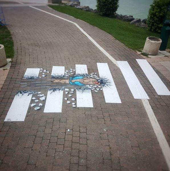 斑馬線竟然被衝破了?法國藝術家OaKoAk的街頭作品讓人會心一笑。(圖片由oakoak_street_art授權提供使用)