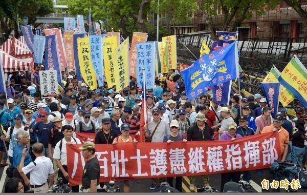 中國智庫研究預計1年花約新台幣100億,填補台灣軍公教年改後減少的年金差額,藉此拉攏軍公教族群來達到統戰目的。圖為「八百壯士」集結遊行表達訴求。(資料照)