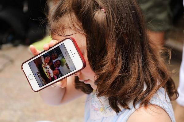 美國伊利諾伊州立大學與密西根大學發布最新研究指出,家長若有手機成癮症,孩子出現不良行為的機率則相對增加,研究發布於《兒科研究期刊》。(法新社)