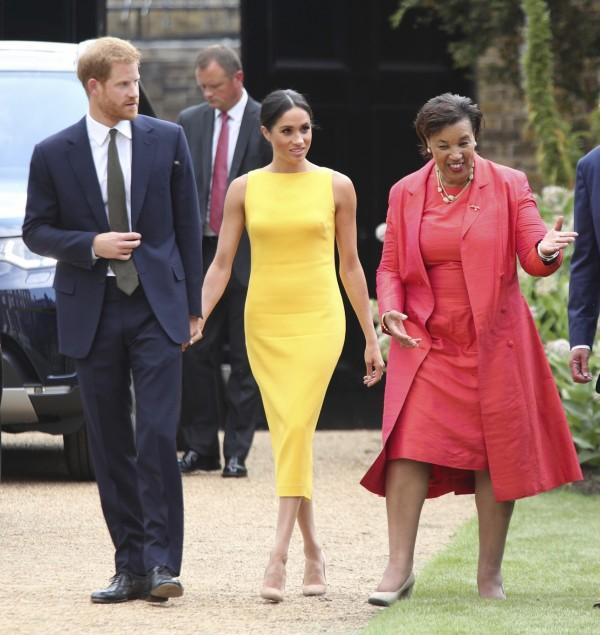 英國新王妃梅根5日與哈利王子一同出英聯邦青年活動,牽手大方曬恩愛。(美聯社)