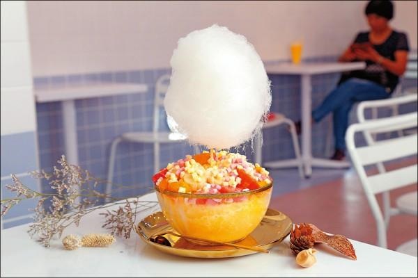 朵朵棉花糖雪花冰/180元,雪花冰淋上煉乳,鋪上新鮮芒果、西瓜,並以棉花糖點綴裝飾,美味又吸睛。(記者陳宇睿/攝影)