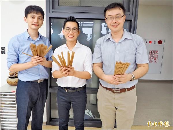 黃千鐘(中)和工作夥伴展示甘蔗纖維吸管。(記者陳鳳麗攝)