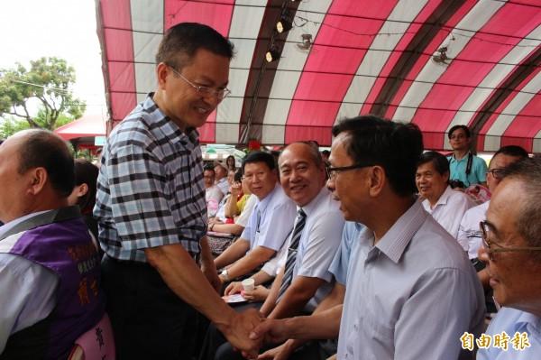 爭取連任的彰化縣長魏明谷出席花壇百年慶活動,走進人群與民眾握手致意。(記者張聰秋攝)