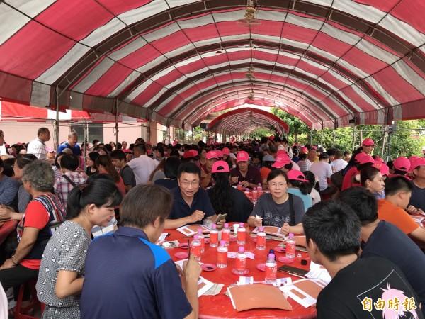 三芝智成堂天今舉辦千人千壽復古揮毫活動,兩千多人一起寫書法,破金氏世界紀錄。(記者葉冠妤攝)