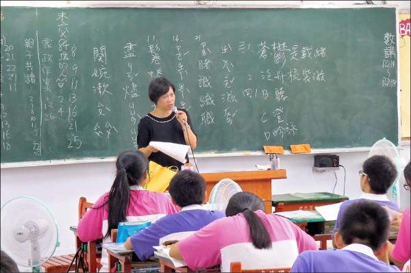教育部昨天宣布,未來三年將增聘近二千五百名國中教師。(資料照)