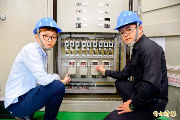 林姿妤(左)、李宗益(右)不約而同表示,透過產學訓專班的模式,企業願意開放名額僱用學員,比起一般的大學生,更能「練好一身功夫」。(記者許倬勛攝)
