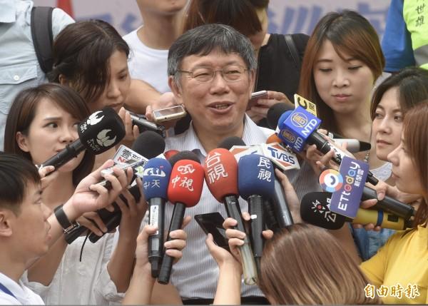 台北市長柯文哲7日出席台北市青溪災防巡守大隊成立授旗典禮,會前接受媒體訪問。(記者簡榮豐攝)