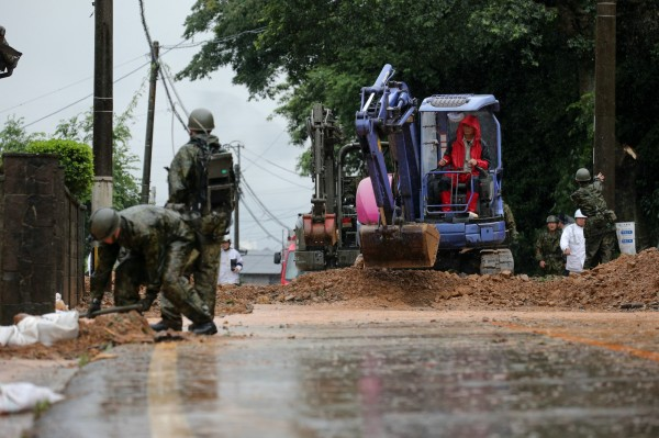 日本暴雨造成多處災情,而岡山縣總社市鋁工廠造成10多人受傷的爆炸,起因疑似就是原料淹水。(歐新社)