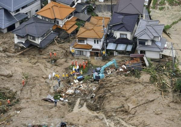 日本遭暴雨襲擊,導致溪水暴漲淹水和土石流,在各地已造成38死4命危,另有50人安危無法確認。圖為廣島縣土石流。(路透)