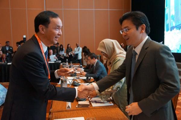 朱立倫與新加坡國家發展部部長黄循財握手寒暄。(新北市政府新聞局提供)