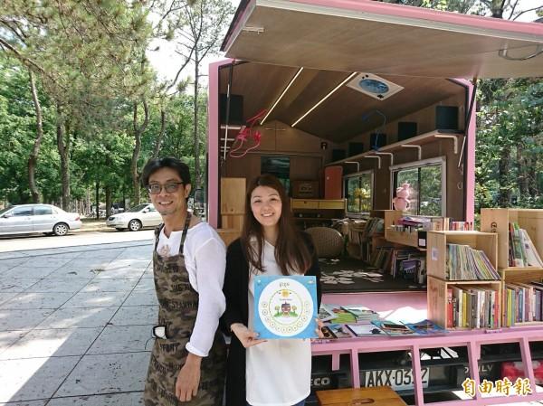 清華大學蘇格貓底餐廳的負責人林群3年前開始載著英文繪本童書到偏鄉,如今裝著東南亞七國的童書繪本,讓外配新住民媽媽一解思鄉情。(記者洪美秀攝)