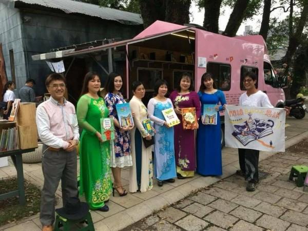 林群開著粉紅喵喵車到偏鄉或新住民所在處,書車內的東南亞童書繪本,讓很多新住民媽媽都停下腳步,閱讀來自家鄉的書。(照片由林群提供)