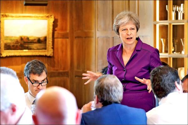 英國首相梅伊六日在首相鄉間別墅「契克斯」召集內閣開會,就英方如何與歐盟談判未來關係達成共識。(歐新社)
