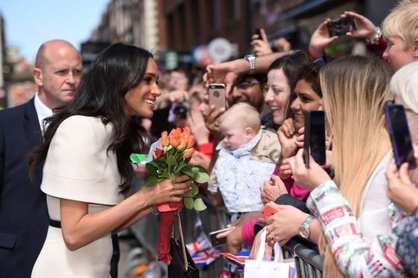 2018年6月14日「薩塞克斯公爵夫人」梅根出訪切斯特市時,親切地向民眾問好。(路透)