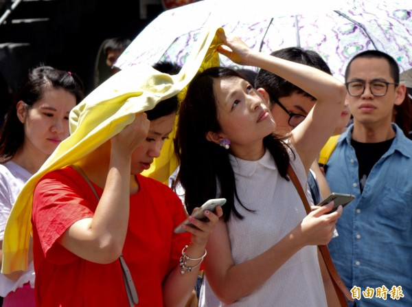 明日天氣晴朗炎熱,部分地區高溫飆36度;山區、近山平地午後有雷陣雨,外出記得防曬及攜帶雨具。(資料照)