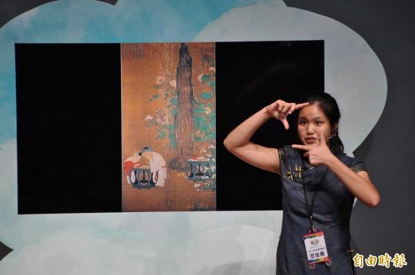 中學組勝出的范佳翎,生動活潑地用英語導覽畫作。(記者周敏鴻攝)
