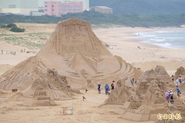 福隆沙雕季即日起進行全面性的防颱維護,暫停開放沙雕參觀及周邊各項活動。(記者林欣漢攝)