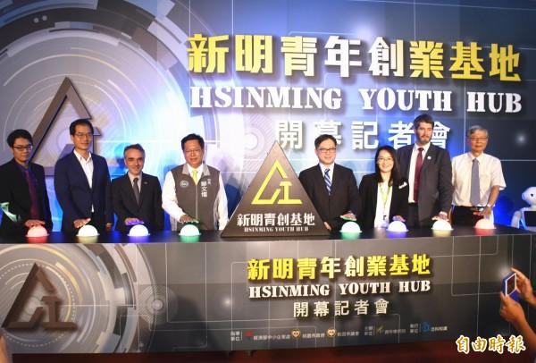鄭文燦(左4)等人主持新明青年創業基地開幕營運典禮。(記者李容萍攝)