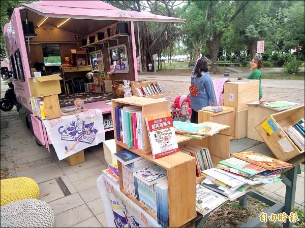 清大校友林群今年發起粉紅喵喵車「愛的書車」凸全台公益活動,車上載著七種東南亞新住民的童書繪本,所到之處,都吸引新住民媽媽駐足閱讀來自家鄉的書和文字。(記者洪美秀攝)