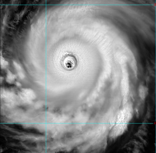強颱瑪莉亞颱風眼相當清晰,有氣象專家甚至形容颱風眼「大到像台北盆地」。(圖擷取自天氣職人-吳聖宇臉書)