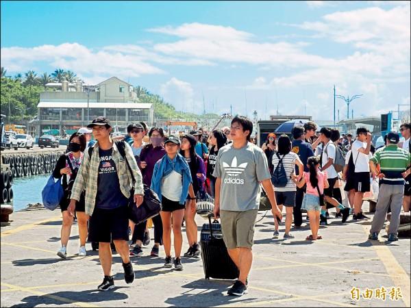 綠島交通船昨天上午八時許開始疏運,短短一小時,已有上千名遊客提前搭船回到台東。 (記者王秀亭攝)