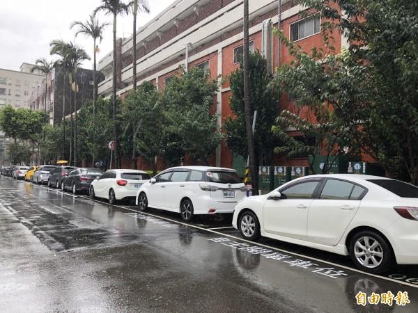 下午4點起桃市路邊停車暫停收費,並開放紅黃線停車。(記者陳昀攝)