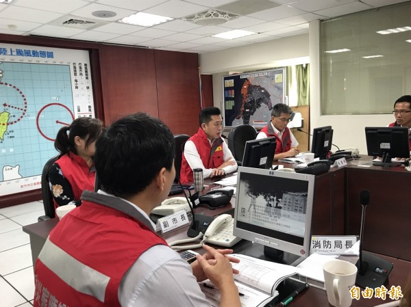 林智堅今前往消防局,召開颱風災害應變中心第一次工作會議。(記者王駿杰攝)