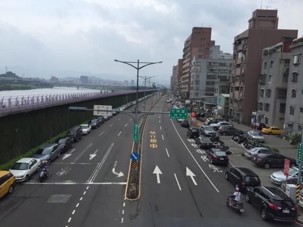 新北市水門周邊昨天已經開放停車。(新北市交通局提供)