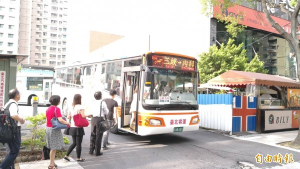 因應提前下班時間,雙北市公車將在下午3~6點加密班次疏運,跳蛙公車班次也將提早。(資料照)