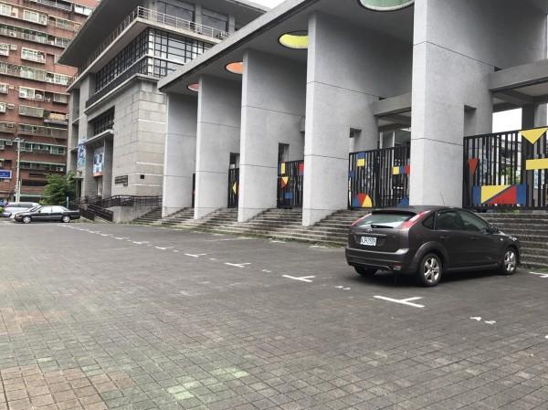 因應颱風,基隆紅黃線及部分學校開放停車。(基隆市政府提供)