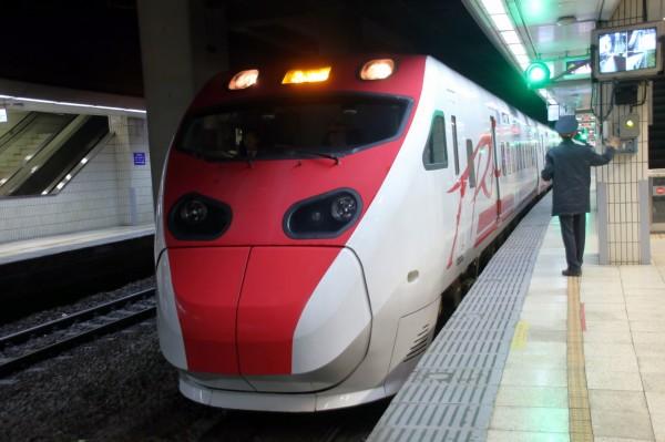 台鐵東、西部幹線對號列車,下午3點21分起陸續停駛。(圖:台鐵局提供)