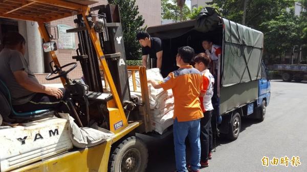 不少民眾前往區公所拿取沙包防災。(記者邱書昱攝)