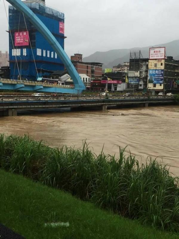去年6月2日豪雨,基隆河舊江北橋水面逼近梁底。(經濟部水利署第十河川局提供)