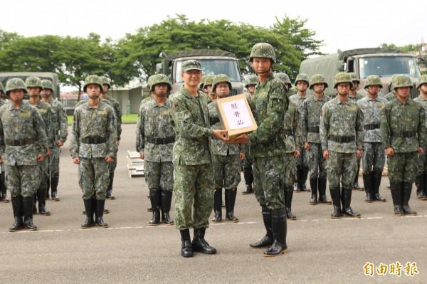 第五作戰區指揮官莫又銘(左)致贈慰勞品給待命救災的國軍官兵。(記者詹士弘攝)