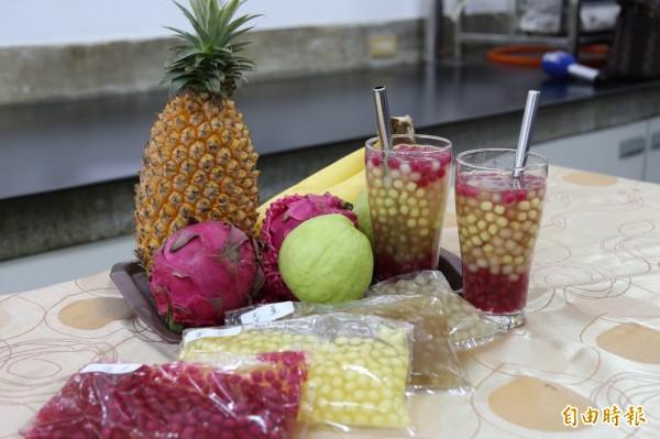 水果珍珠粉圓,目前已有紅龍果、香蕉、鳳梨、芭樂等口味,謝寶全表示,未來將持續加入不同水果的研究。(記者邱芷柔攝)
