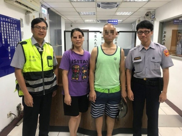 警方順利助黃男(右二)與曾姓妻子(左二)團聚。(記者王冠仁翻攝)