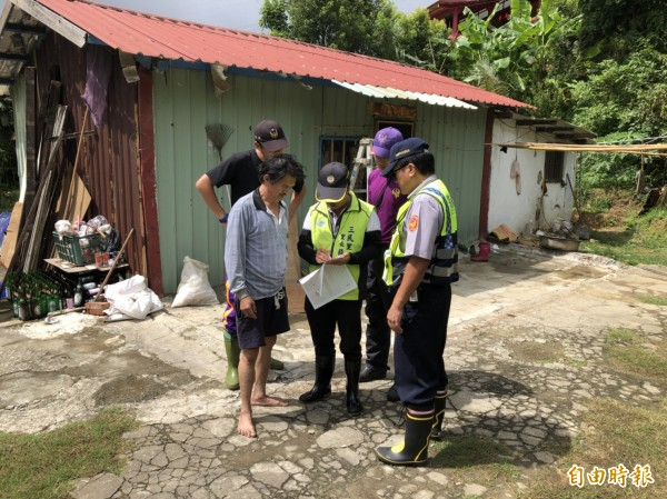 瑪莉亞颱風登陸,復興區下午1時起會同警、消展開預防姓撤離。(記者李容萍攝)