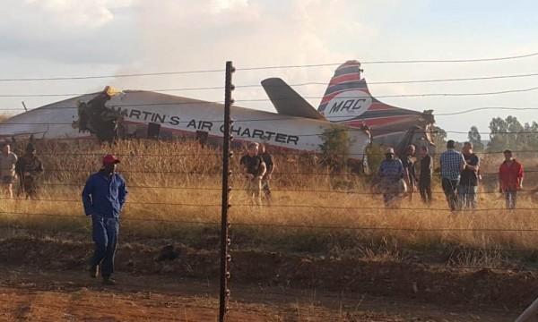 南非一架飛機週二(10日)墜落在行政首都普利托利亞附近(Pretoria)。(圖取自bno news)