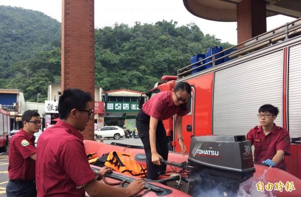 瑪莉亞強颱來襲,宜蘭縣消防局啟動相關防颱措施,檢查救災設備。(記者林敬倫翻攝)