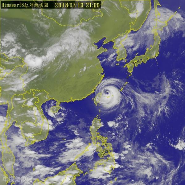 據中央氣象局於今(10)日晚間9點的最新資料,瑪莉亞颱風的中心位置在宜蘭東北東方約220公里之海面上,以每小時31公里速度,向西北西行進。(圖擷取自中央氣象局)