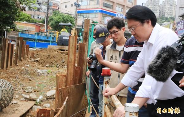 基隆市長林右昌(右)10日勘察防颱準備工作。(記者林欣漢攝)