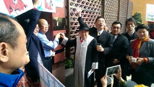 2016年王可富(中)由媒體人胡忠信(右四)陪同按鈴控告馬英九。(資料照)