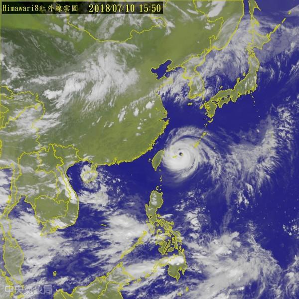 強烈颱風瑪莉亞中心距台灣陸地僅剩330公里的海面上,暴風圈傍晚就會觸陸,今晚至明晨風雨最大。(中央氣象局)